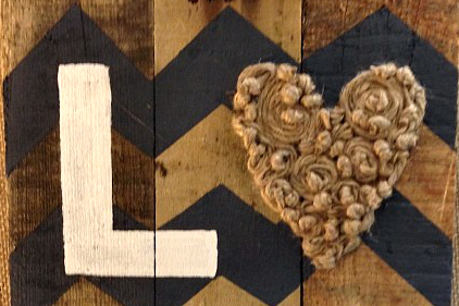 wood-pallet-sign-love-hearts